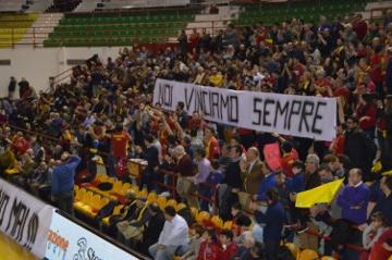 """Basket. Gradinata tifo dice No al progetto Cestistica Barcellona: """"Non giocate con la nostra passione"""""""