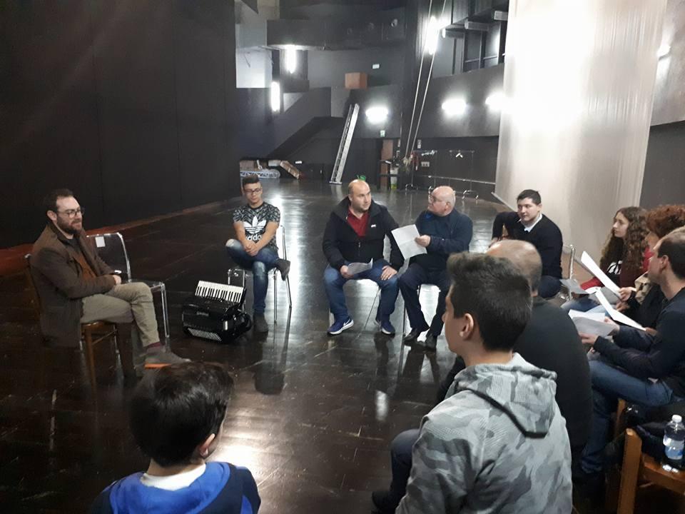 """Teatro Mandanici, si conclude la stagione con """"Il Canto di Nessuno"""". Incudine: """"Opera corale, in scena nostalgia e passioni di un eterno migrante con la propria identità"""""""
