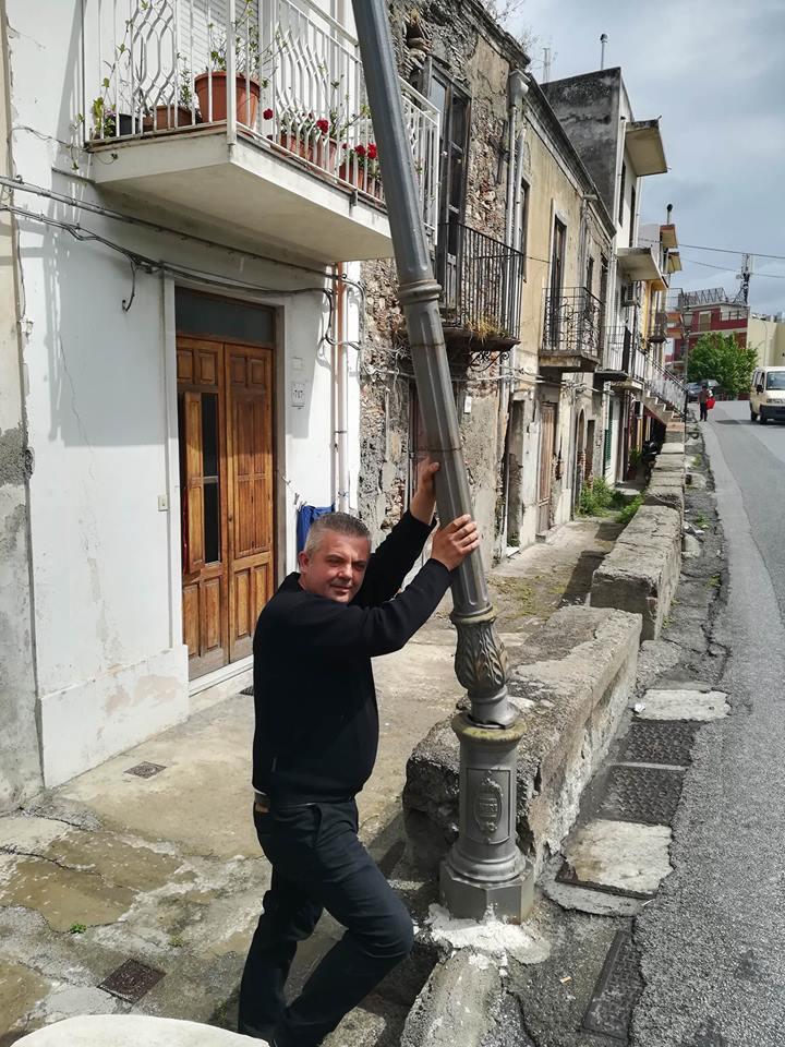 BarcellonaLab, pericolo pali illuminazione rotti e inclinati in via Garibaldi