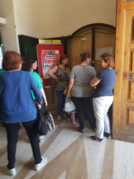 Barcellona PG. Protesta al Comune degli operatori del servizio assistenza anziani