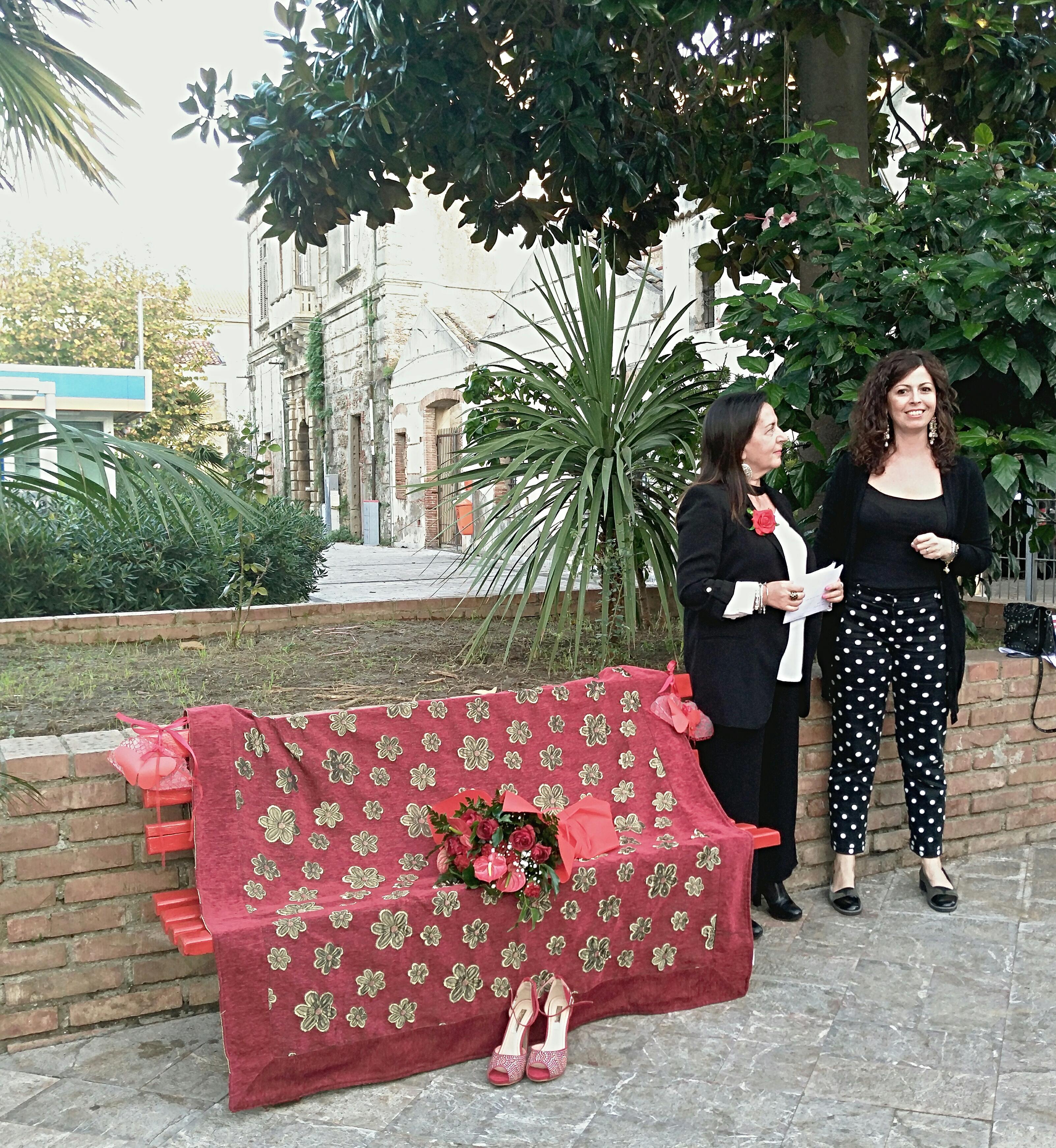 Monforte Marina. Sboccia la 'Panchina Rossa' contro la violenza sulla donna