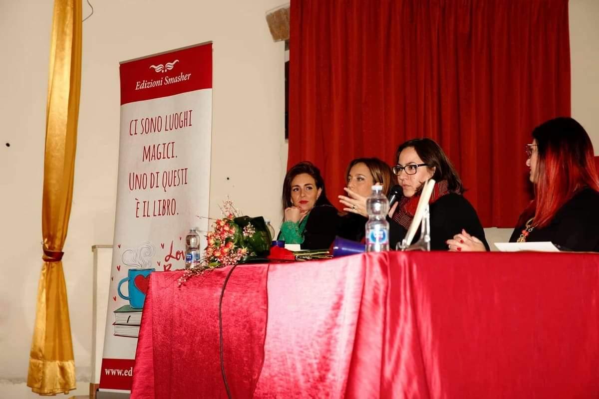 """Barcellona PG. Giulia Carmen Fasolo ha presentato con successo """"Poesie d'amore incompiute"""""""