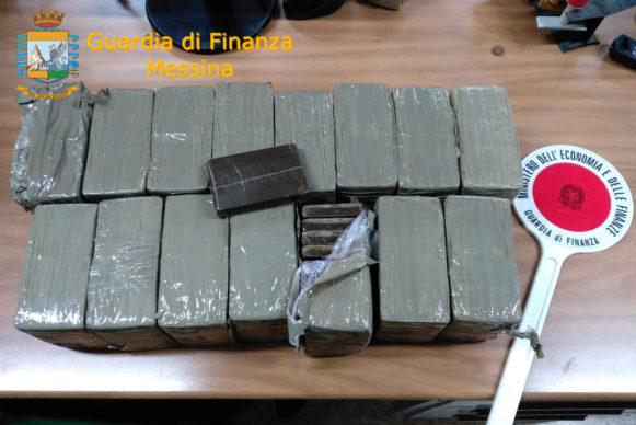 Guardia di Finanza. Droga nella frutta: arrestato corriere siciliano con 15 kg di hashish