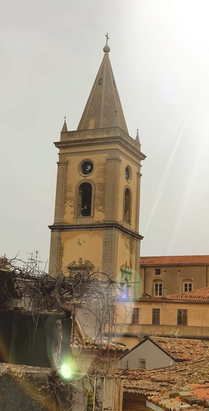 Novara di Sicilia. Le raffiche di vento sfiorano i 160km/h, divelto l'orologio del Duomo. A Barcellona P.G. transennata Piazza San Sebastiano