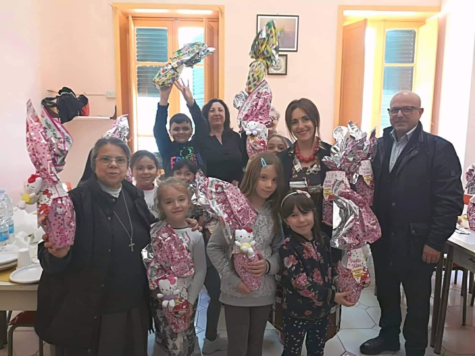 Barcellona PG. L'Assessore Angelita Pino in visita alla mensa sociale di Via Immacolata. Donate uova di Pasqua ai bimbi