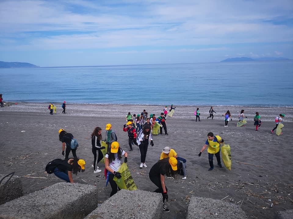"Barcellona PG. ""Clean Up the Mead"", 113 studenti a ripulire spiaggia di Calderà da microplastiche"