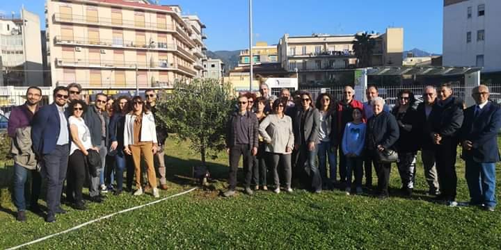 """Barcellona PG. Il movimento """"Città Aperta"""" pianta un albero d'ulivo in memoria delle vittime di mafia"""