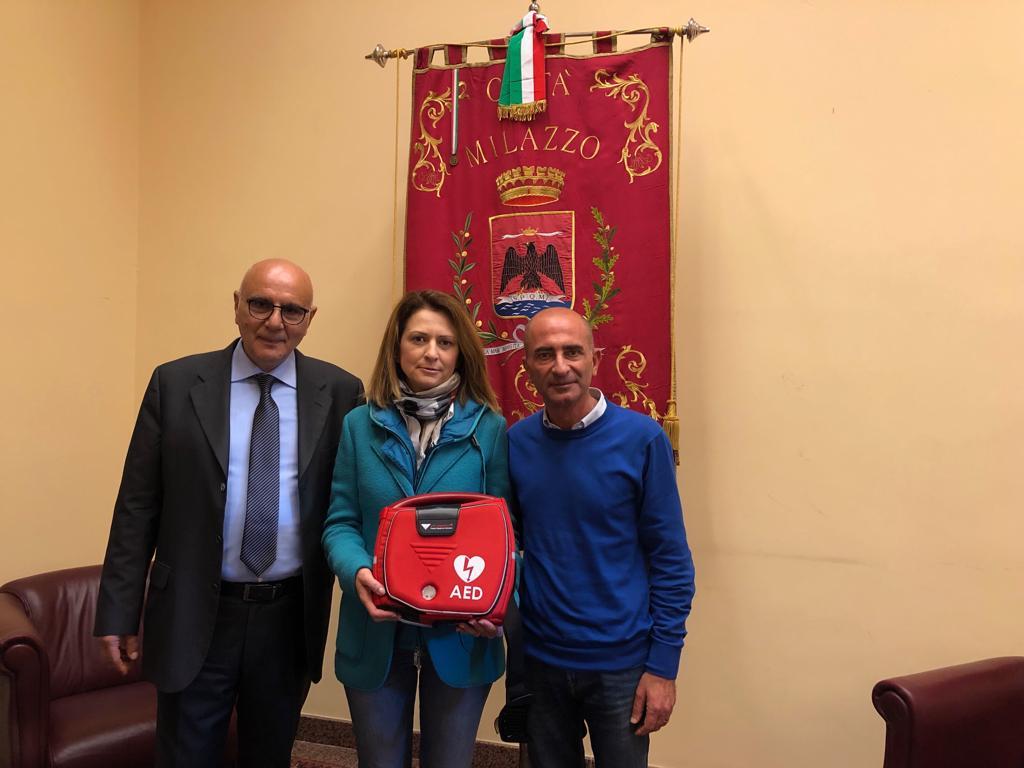 Milazzo. Consegnato al sindaco Formica il defibrillatore donato dall'imprenditore Rosta