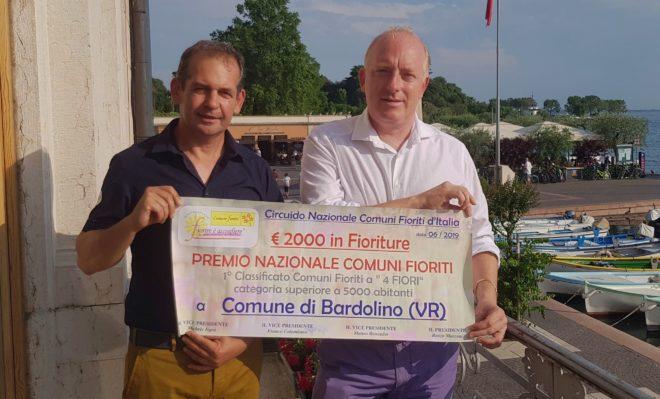 """Comuni Fioriti, Bardolino modello per nostri comuni. Consegnato Premio nazionale: """"Due milioni di turisti accolti tra i fiori"""""""