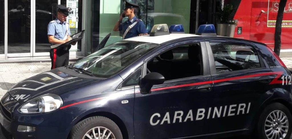 Ruba profumi dagli scaffali di un esercizio commerciale, giovane donna arrestata