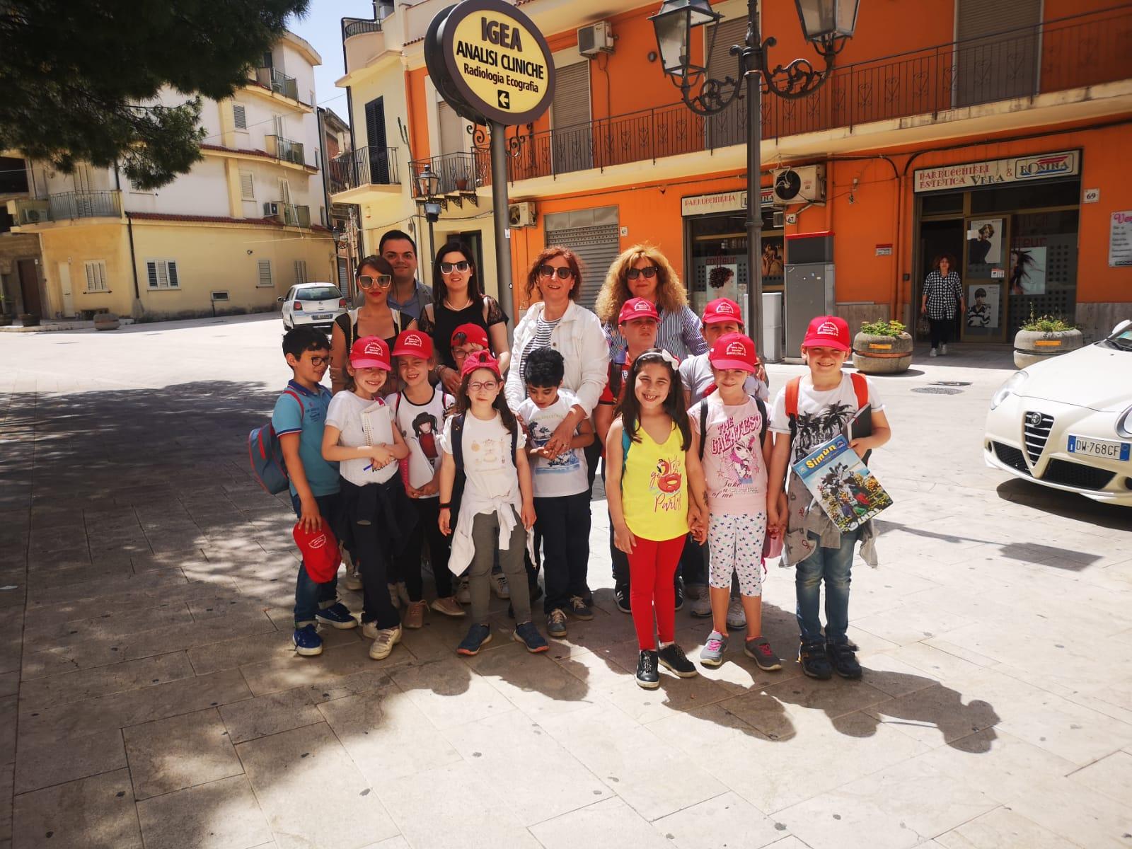 """Barcellona PG. Gli alunni di una seconda elementare del Comprensivo """"Nino Pino Balotta"""" visitano la città con l'esperto Salvatore Scilipoti"""