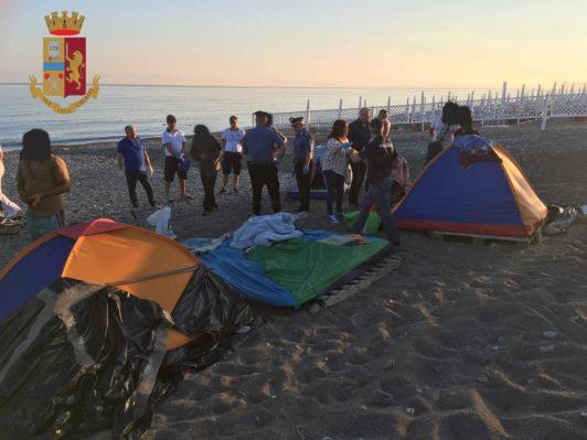 Sant'Agata Militello. Sgombero accampamento nomadi in spiaggia: denunciate 3 persone, 6 fogli di via obbligatori, espulso extracomunitario
