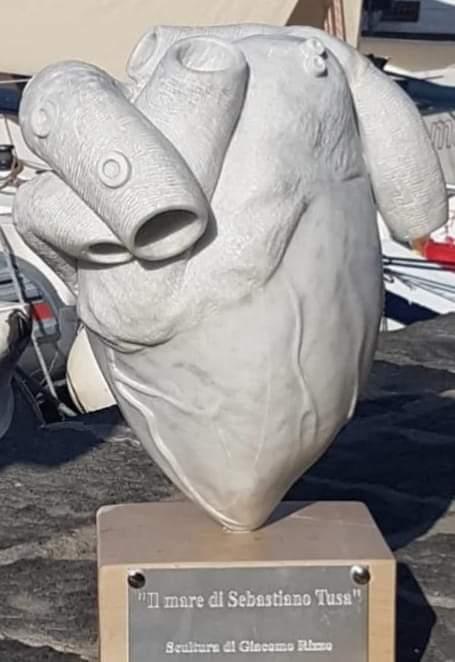 Un cuore di marmo nei fondali di Ustica in ricordo di Sebastiano Tusa