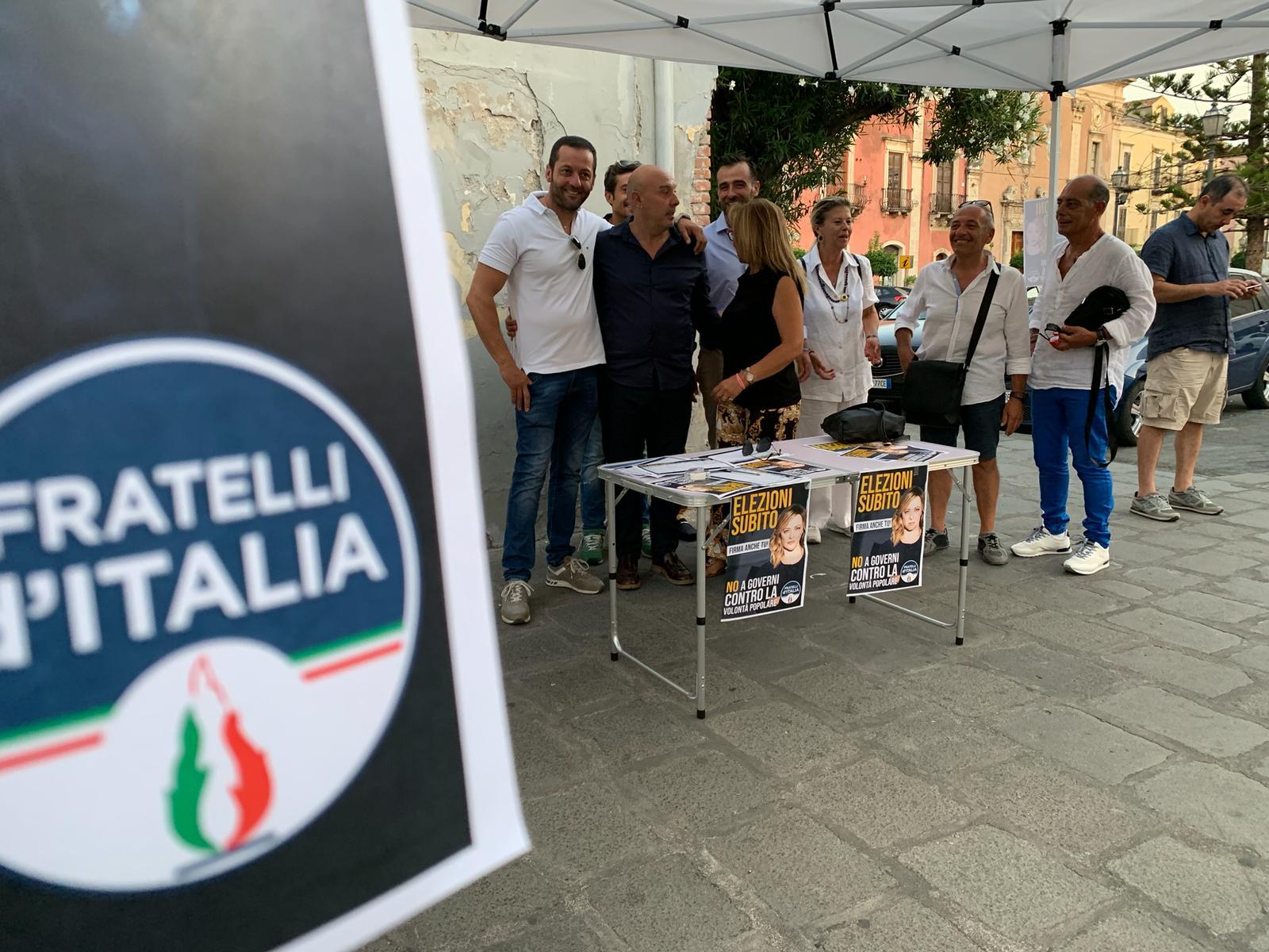 Milazzo. Raccolta firme per chiedere le elezioni subito, partecipazione al gazebo di Fratelli d'Italia