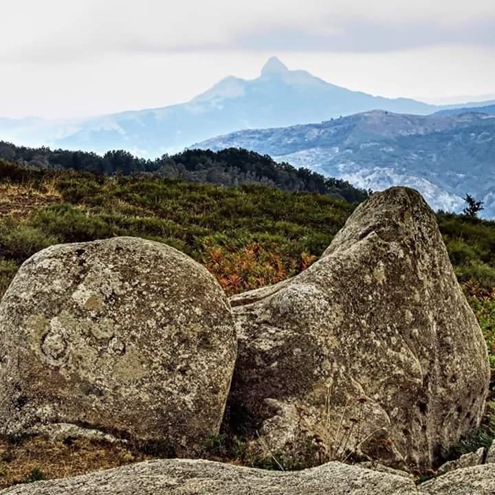 La 'grande bellezza' di Rocca Novara osservata dall'Altopiano dell'Argimusco. I versi di Giuseppe Buemi
