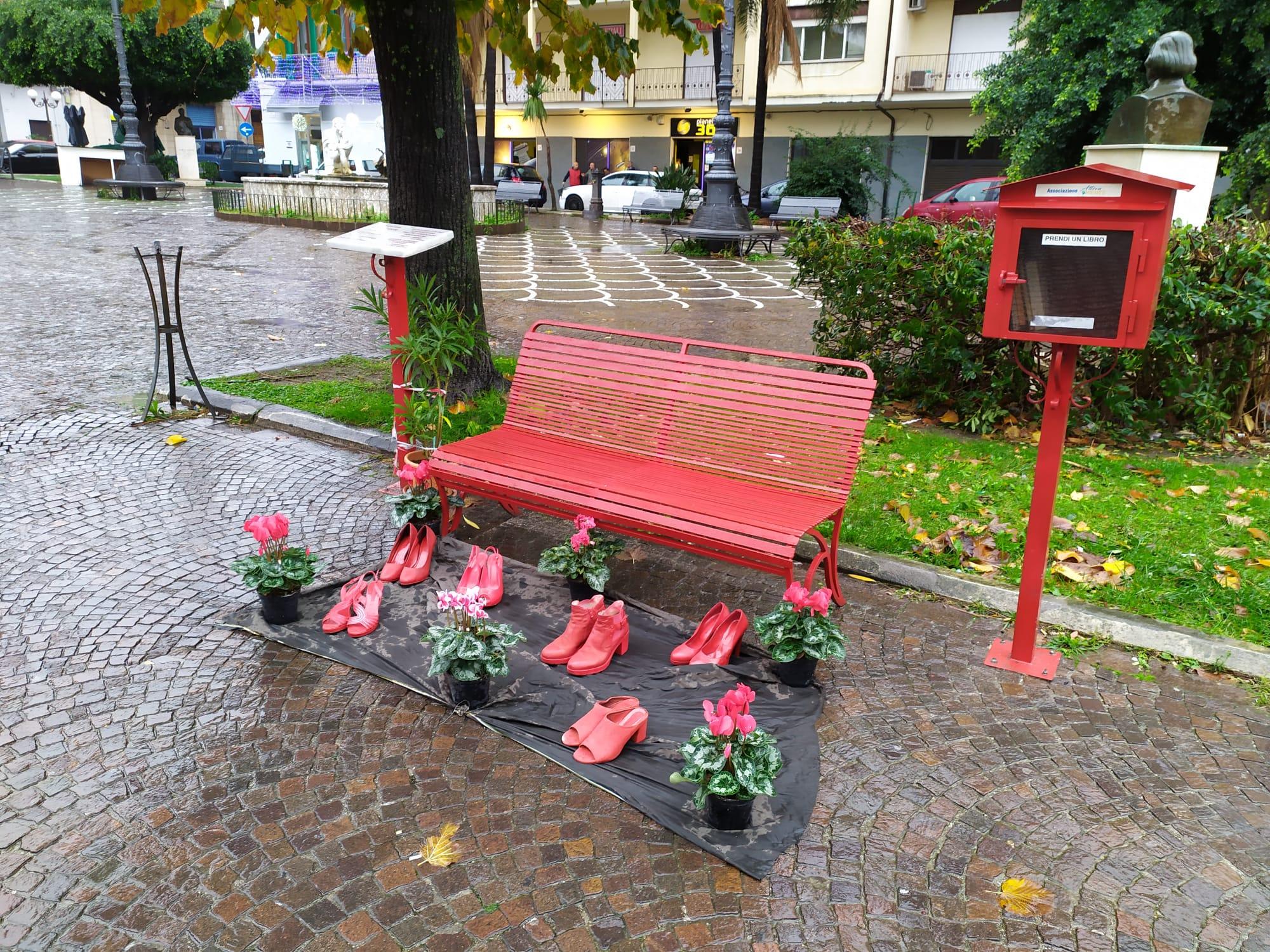 Barcellona PG. Installazione scarpe rosse in Piazza, 'Attivamente' pronta a sensibilizzare contro violenza sulle donne