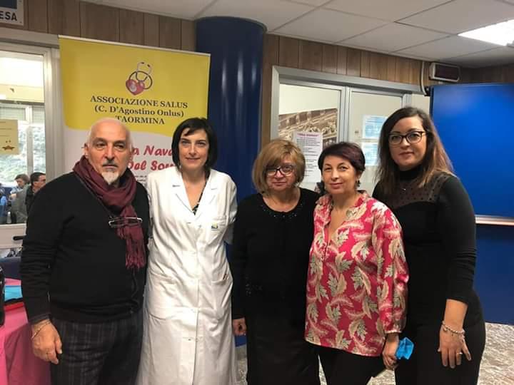 """Taormina. Delegazione della """"Foscolo"""" di Barcellona P.G. all'Oncologia del """"San Vincenzo"""" consegna il ricavato di una mostra"""