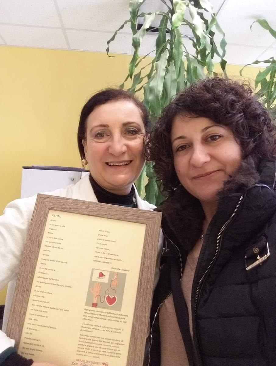 """Graziella Giordano dedica """"Attimi"""" ai donatori. La poesia in pergamena donata al Trasfusionale di Milazzo"""