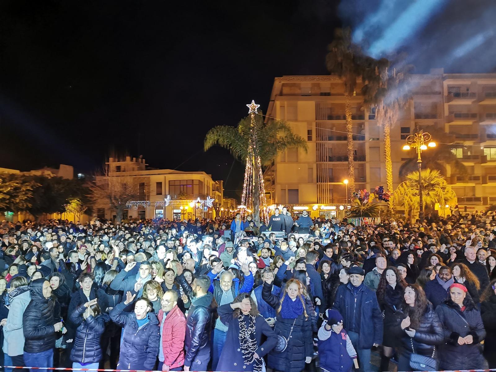 Barcellona PG. Fantastico 'Capodanno 2020', bagno di folla in Piazza Duomo tra musica e spettacolo