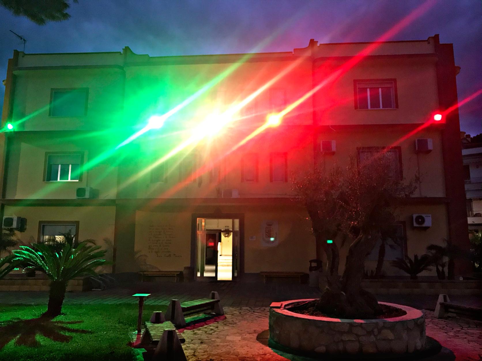 """Oliveri. Comune illuminato da luci del tricolore, Iarrera: """"Uniti sotto la nostra bandiera restando a casa"""""""