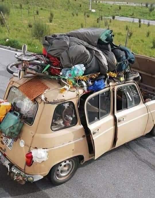 Quella Renault 4 che attraversa indisturbata lo Stivale… la 'Terra dei Cachi'