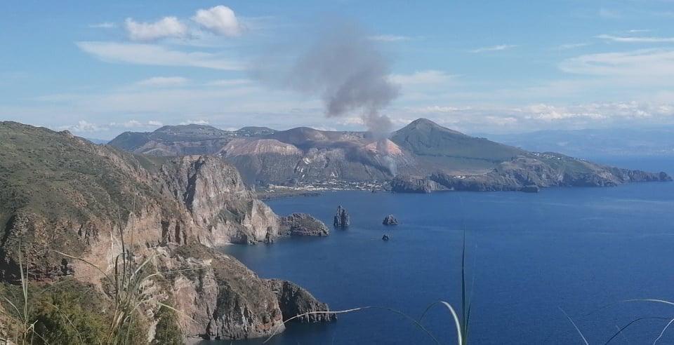 Vulcano. Ennesimo incendio su isola, pompieri in azione