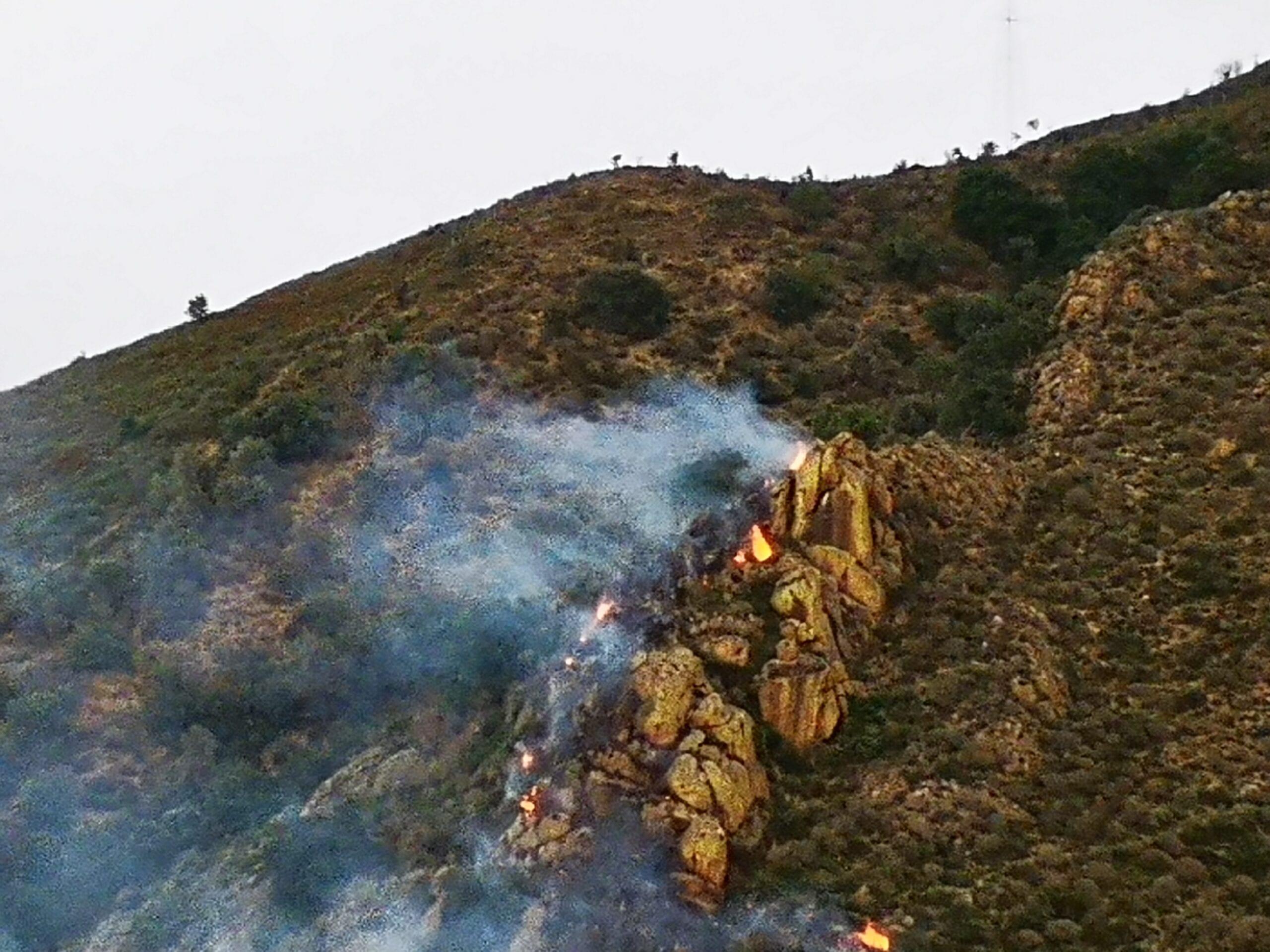 Barcellona PG. Incendio sulla collina di Lando